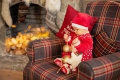 La bambina sotto l'albero di Natale immagine stock libera da diritti