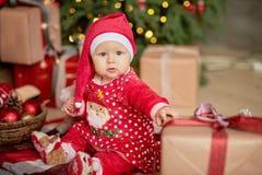 La bambina sotto l'albero di Natale immagine stock