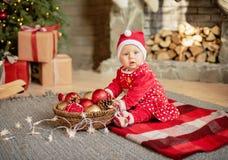 La bambina sotto l'albero di Natale fotografia stock