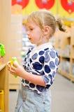 La bambina sta acquistando Immagini Stock Libere da Diritti