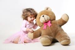 la bambina sta comunicando con il suo orsacchiotto Fotografie Stock Libere da Diritti