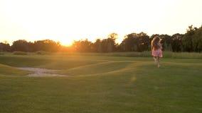 La bambina sta correndo sull'erba verde stock footage