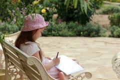 La bambina sta disegnando fotografia stock libera da diritti