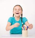 La bambina sta disegnando per mezzo delle matite Immagine Stock Libera da Diritti