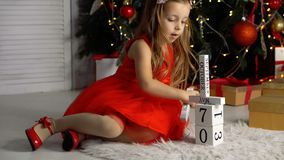 La bambina sta giocando con i blocchi Natale archivi video