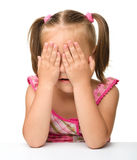 La bambina sta giocando il hide-and-seek Immagini Stock Libere da Diritti