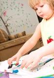 La bambina sta imparando usare la pasta variopinta del gioco fotografie stock