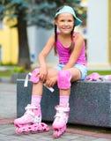 La bambina sta indossando le rullo-lame fotografie stock libere da diritti