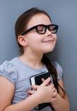 La bambina sta leggendo un libro Immagini Stock Libere da Diritti