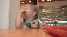 La bambina sta mangiando il dessert archivi video
