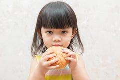 La bambina sta mangiando il pane Fotografie Stock