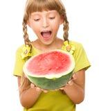 La bambina sta mangiando l'anguria Fotografie Stock Libere da Diritti