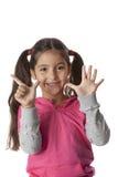 La bambina sta mostrando 7 barrette immagini stock libere da diritti