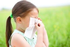 La bambina sta soffiando il suo naso fotografia stock libera da diritti