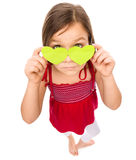 La bambina sta tenendo i cuori sopra i suoi occhi Immagini Stock Libere da Diritti