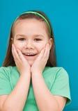 La bambina sta tenendo il suo fronte Immagine Stock