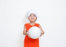 La bambina sta tenendo la palla Fotografia Stock