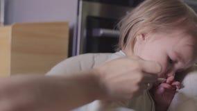 La bambina sveglia con il ` sporco t del doesn del fronte vuole mangiare stock footage