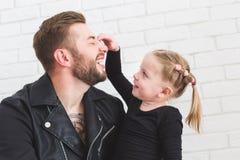 La bambina sveglia ed il suo papà stanno divertendo a casa fotografia stock libera da diritti
