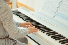 La bambina sveglia ha addestramento con il piano Fotografie Stock Libere da Diritti