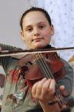 La bambina sveglia impara la lezione della viola Fotografie Stock