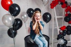 La bambina sveglia molto è sorpresa a casa Fotografia Stock