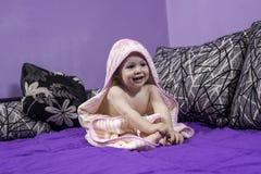 La bambina sveglia sta considerando una parte di sinistra Immagini Stock Libere da Diritti