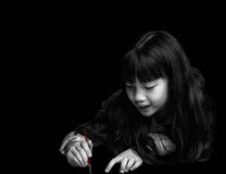 La bambina sveglia sta dipingendo Fotografie Stock