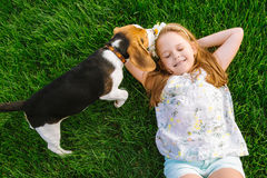 La bambina sveglia sta giocando con il suo cane nel parco verde Fotografia Stock Libera da Diritti