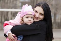 La bambina si trova meditatamente sulla spalla della mia madre Fotografia Stock Libera da Diritti