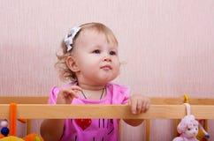 La bambina in una base Immagine Stock
