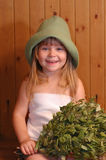 La bambina in una sauna Immagine Stock