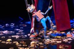 La bambola di legno di Pinocchio cammina intorno alla segatura fotografia stock