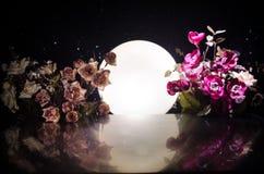 La bambola due che abbraccia sulla tavola con i fiori e la decorazione della luna ha acceso il fondo con fumo Concetto di amore S immagini stock libere da diritti