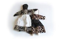 La bambola nera con consegna gli occhi della bambola bianca, l'ingiustizia di concetto, la diseguaglianza, privilegio Fotografia Stock Libera da Diritti