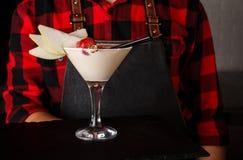 La banana alcolica Martini del cocktail del cameriere immagini stock libere da diritti