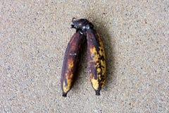 La banana della putrefazione, si ridurre in polvere banana marcia isolata su fondo concreto fotografia stock libera da diritti