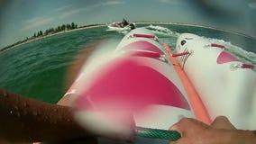 La banane gonflable flottant avec éclabousse en mer banque de vidéos