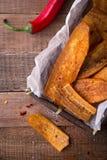 La banane légèrement coupée en tranches frite ébrèche avec le poivre de piment, aliments de préparation rapide mexicains Photographie stock