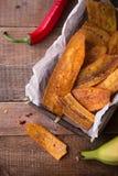 La banane légèrement coupée en tranches frite ébrèche avec le poivre de piment, aliments de préparation rapide mexicains Photo libre de droits