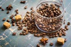 La Banca dei chicchi di caffè sui vecchi precedenti di legno Immagine Stock
