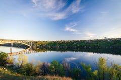 La banca di Dnieper Ponte della trasfigurazione di Zaporozhye Fotografia Stock