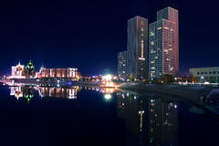 La banca di fiume notturna Ishim. Città di Astana immagini stock libere da diritti