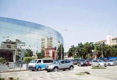 La Banca di kwanza, costruzione di vetro rispecchiata, paesaggio urbano di Luanda, ingorgo stradale Fotografie Stock Libere da Diritti
