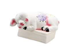 La Banca Piggy addormentata sulla pila dei soldi. fotografia stock libera da diritti