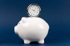 La Banca Piggy ed orologio Immagine Stock