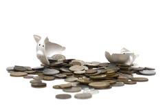 La Banca Piggy rotta (su bianco) Fotografia Stock