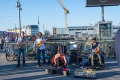La banda 'electra de Tanga 'que juega en la estación de tren de la calle del warschauer imágenes de archivo libres de regalías