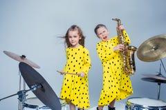 La banda adolescente de la música que se realiza en un estudio de grabación Foto de archivo libre de regalías
