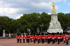 La banda de guardia de palacio real en el ensayo 2019 de la celebración del cumpleaños de las reinas Buckingham Palace Londres Re foto de archivo libre de regalías
